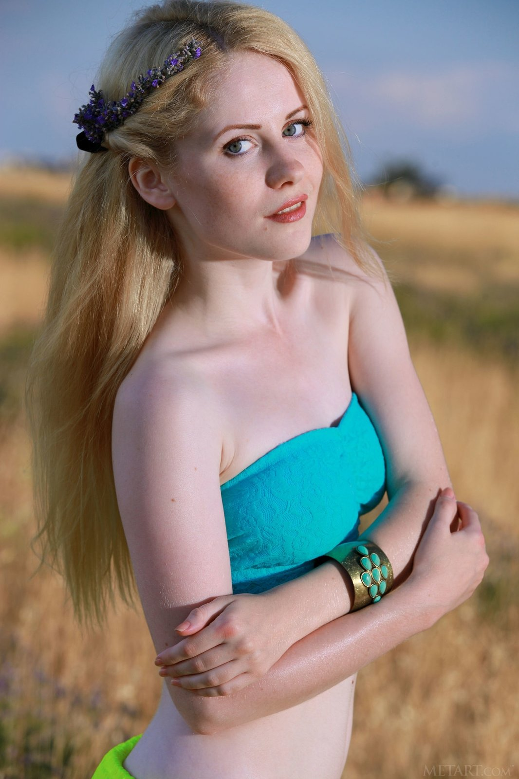 Блондинка обнажилась в чистом поле