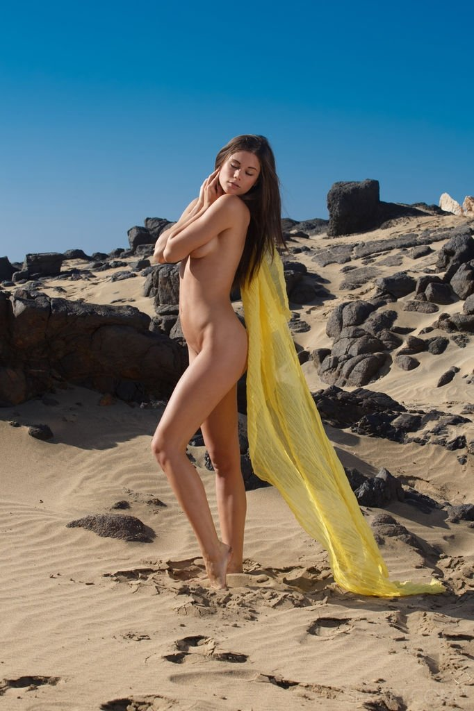 Голая Кэприс в дюнах
