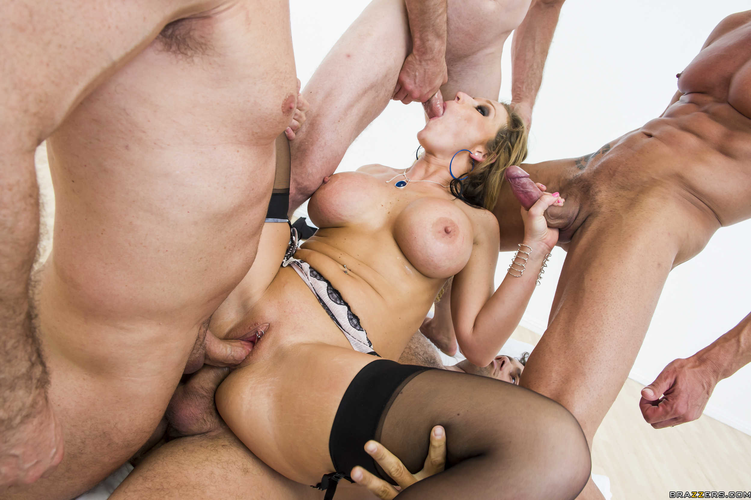 Самый жестокий порно фото, Жёсткий групповой секс с ненасытными молодухами 11 фотография
