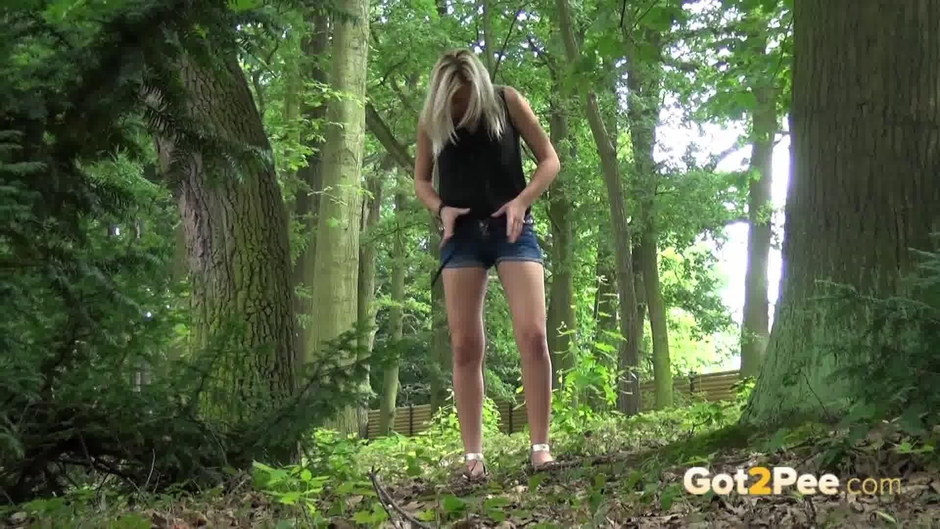 Фото девушки писают в лесу, Фото писающие девушки порно писсинг - Эротические 19 фотография