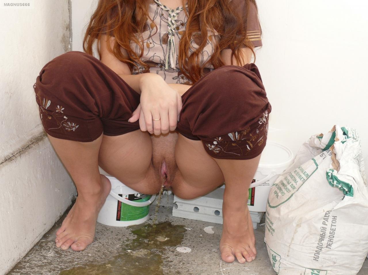 Пьяная жена писает в туалете, Девушки в туалете, писсинг на скрытую камеру 11 фотография