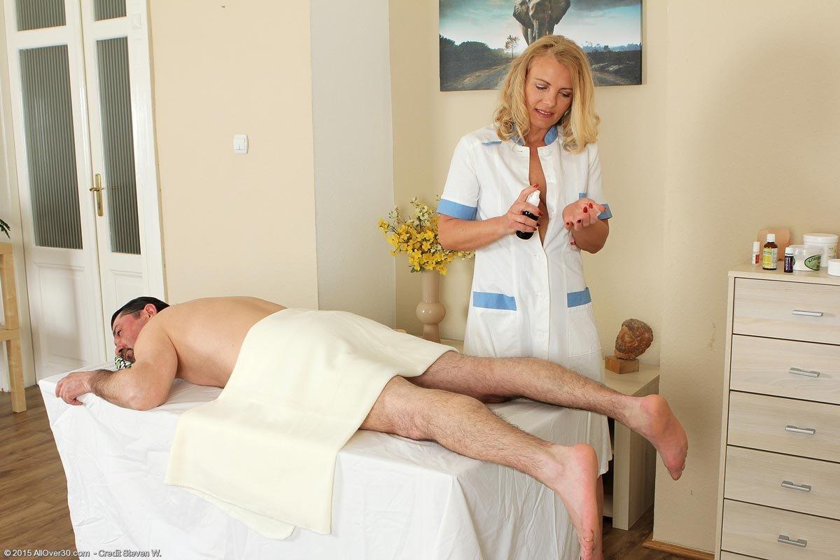 Зрелая массажистка с висячками дала мужчине