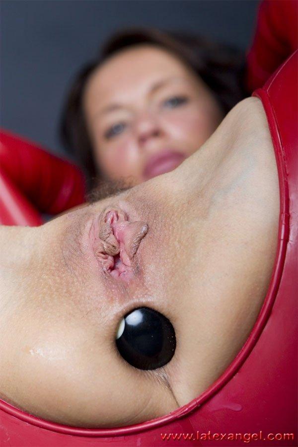 Дама с виссячими сиськами, одев латекс, засунула в свои дырки бильярдные шары