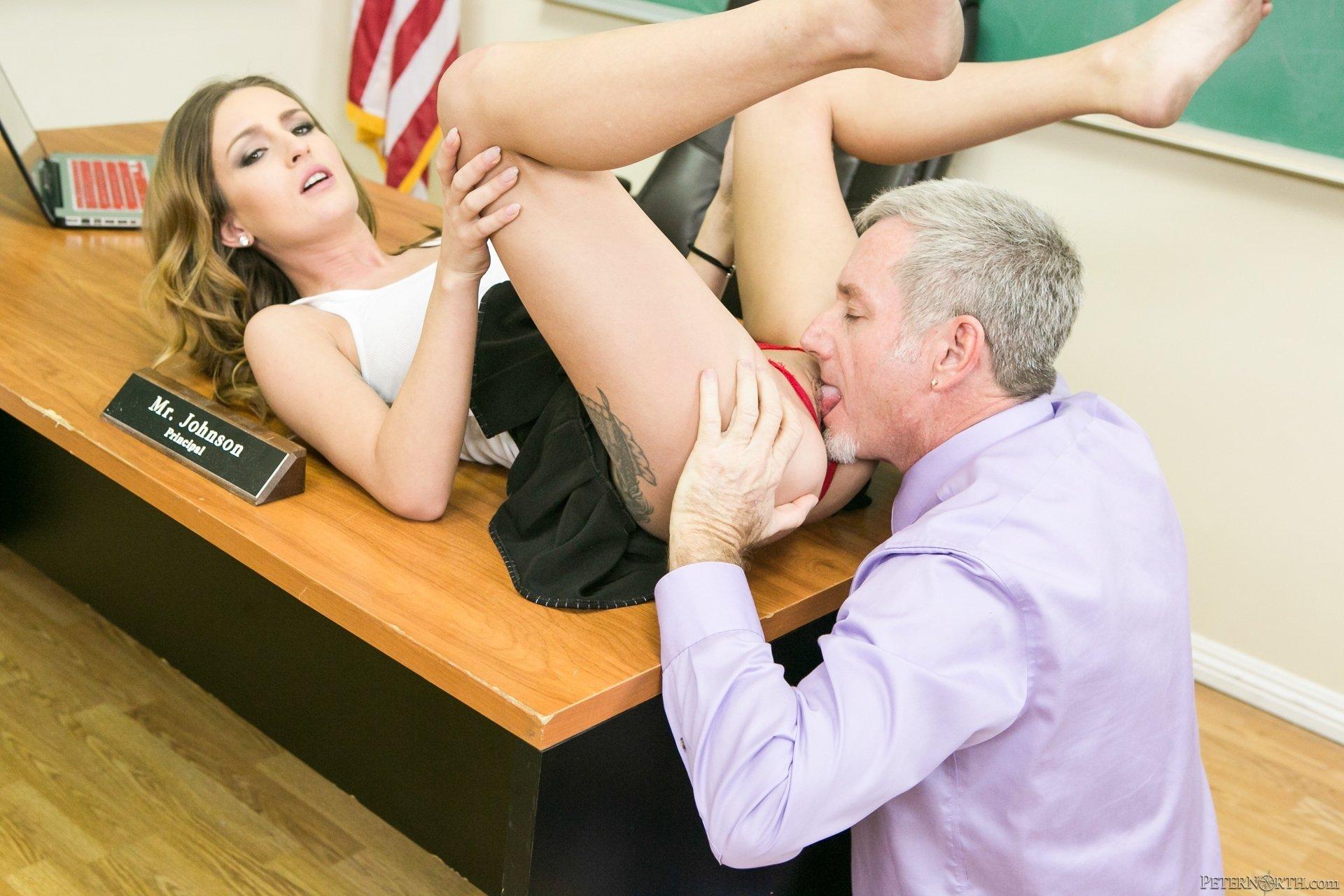 Учитель пристаёт к ученице, Русский учитель пристает к своей студентке у доски 11 фотография