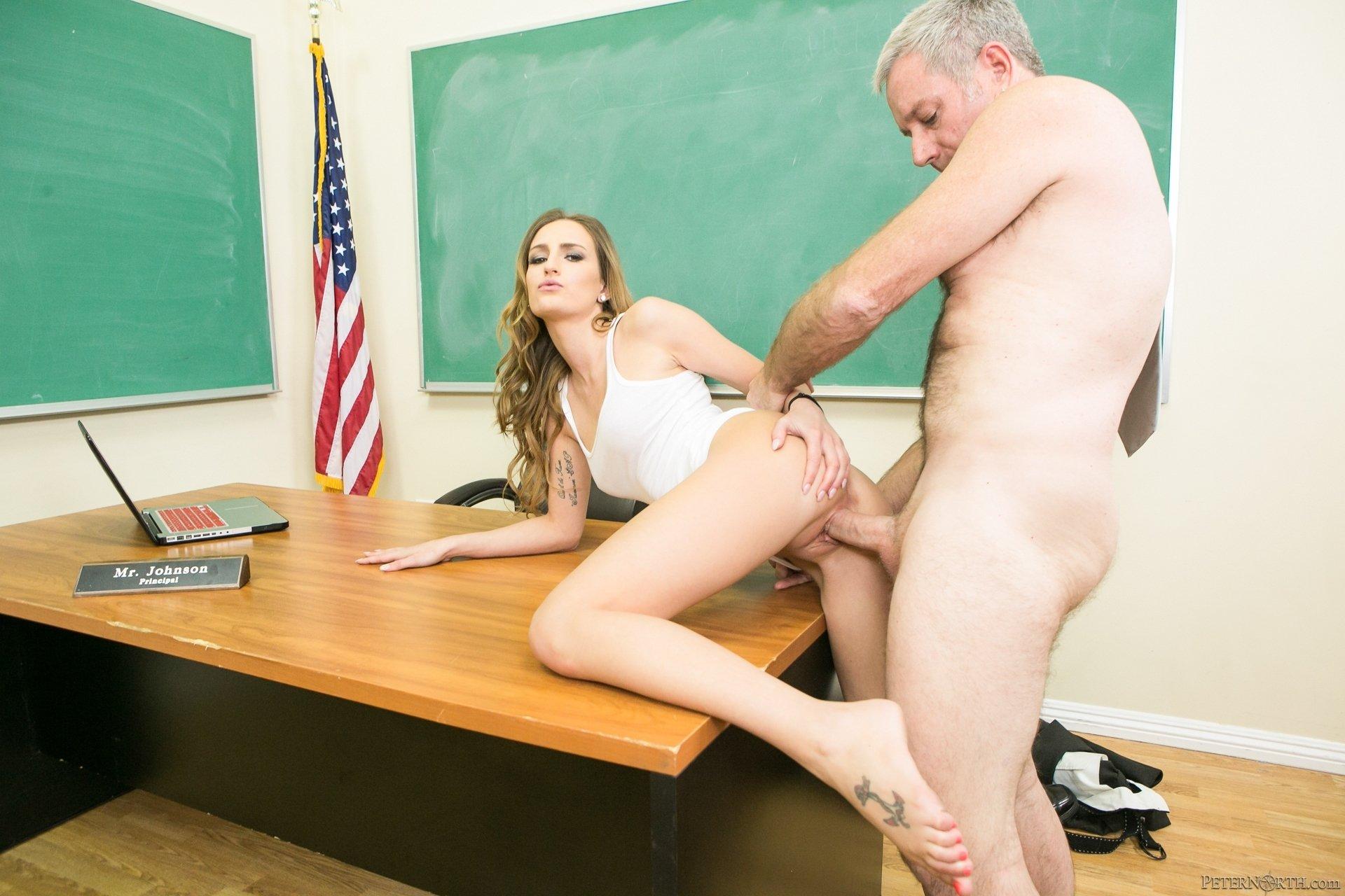 Русское порно физрук трахнул ученицу, Физрук трахнул учениц в спортзале института - смотреть 7 фотография