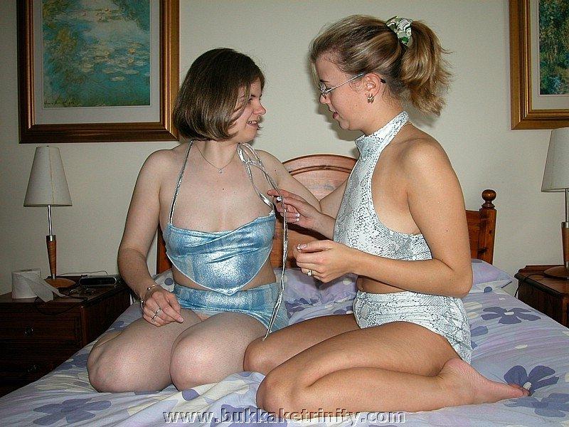 Две белые женщины кувыркаются в постели с негритянкой