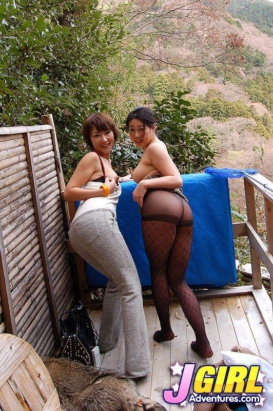 Азиатские подруги отдыхают