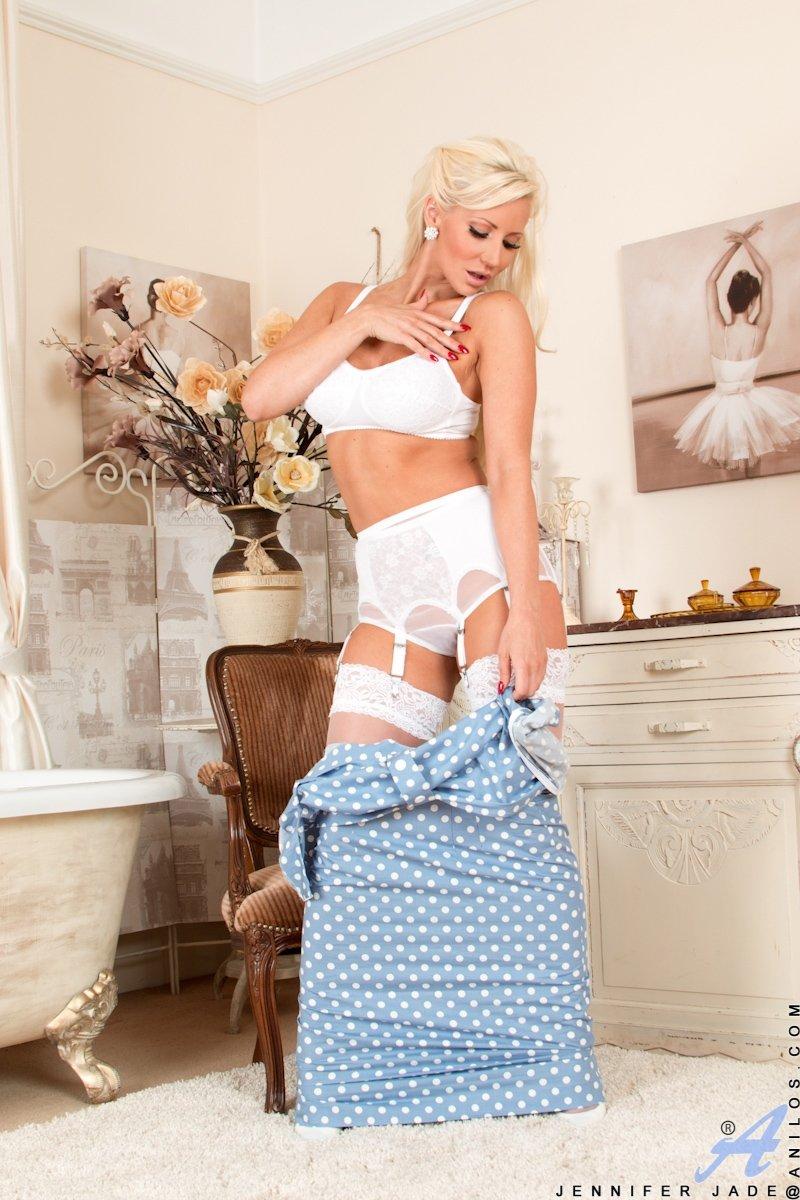Зрелая блонда в белых чулках сняла трусики