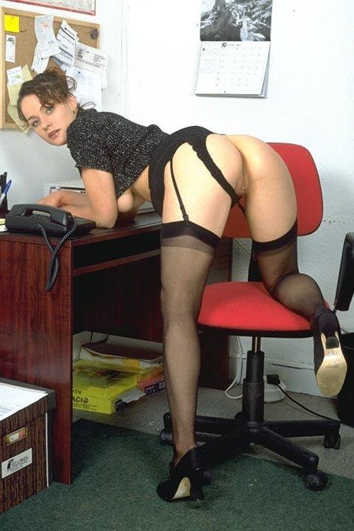 Секретарша пытается возбудить шефа, но все бесполезно кажется