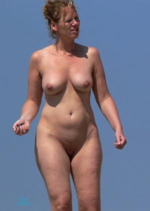 На пляже без одежды
