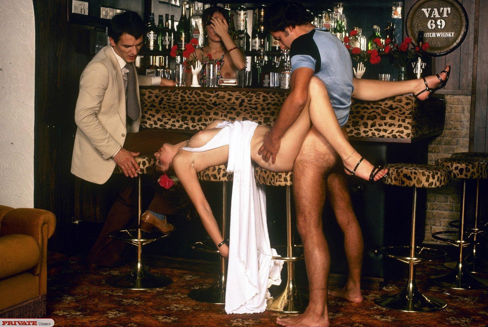 Трах в жопу за барной стойкой, Бармен отодрал девицу перед барной стойкой 12 фотография