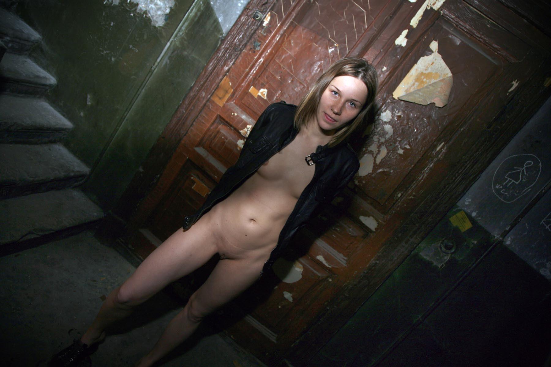 Фото голых девушек в подвале, В подвале с голой грудью -фото домашнее порно 11 фотография