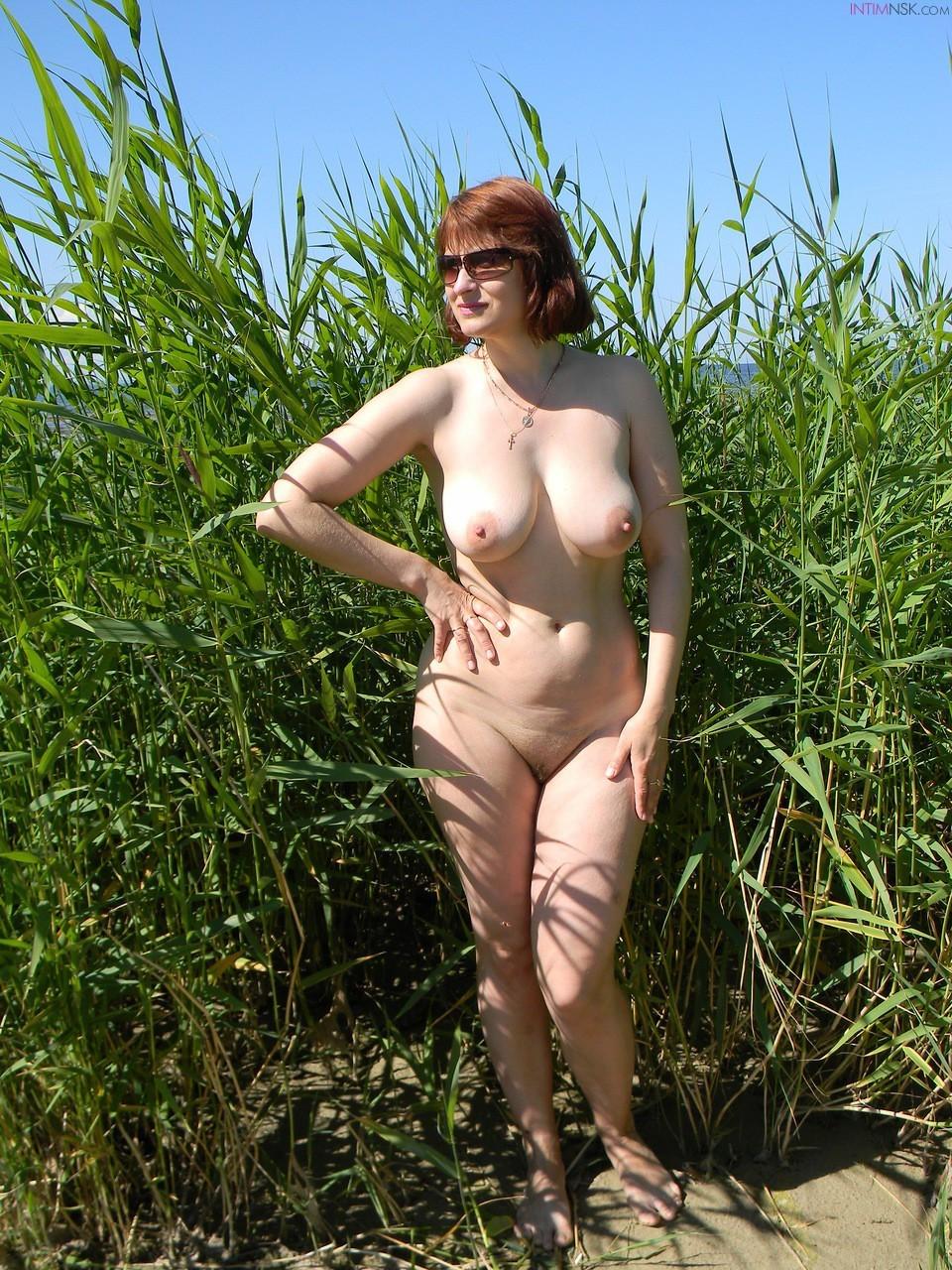 golie-zrelie-tetki-na-prirode