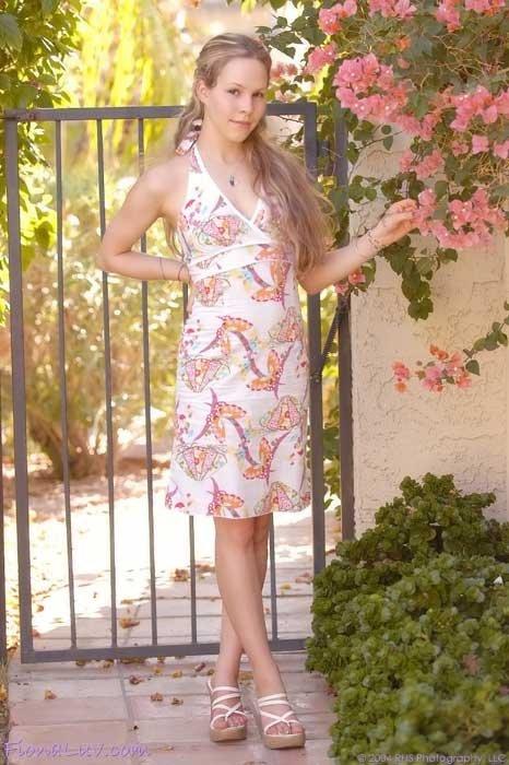 Молодая милаха показывает киску под юбкой в саду