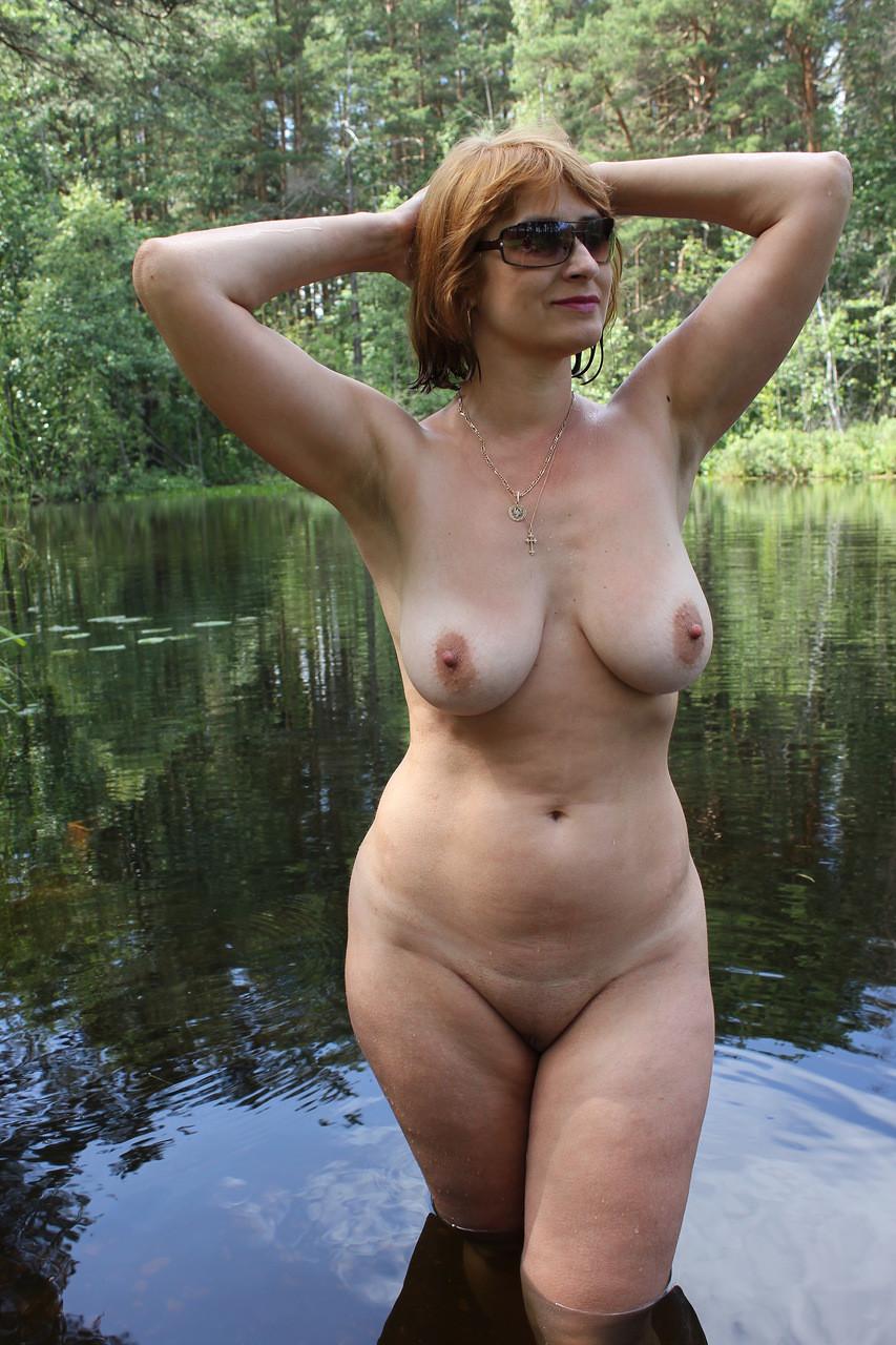 Русская милфа Галина в лесу