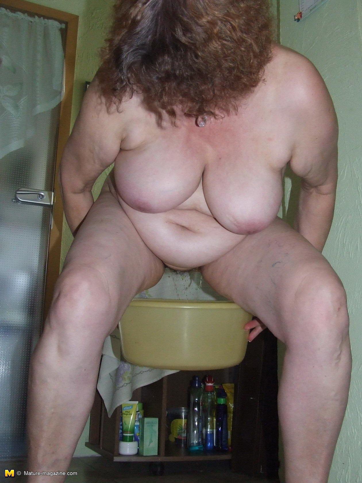 В туалете - Порно фото галерея 771955
