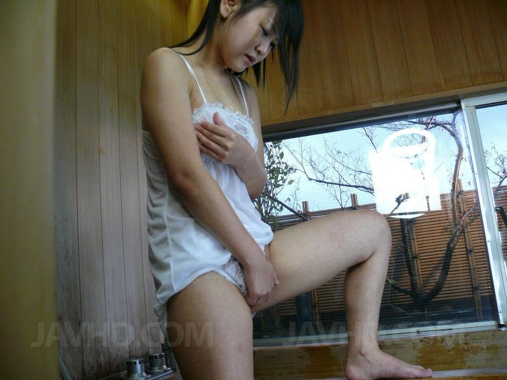 Азиатка Koyuki Ono стоит в ночнушке под душем