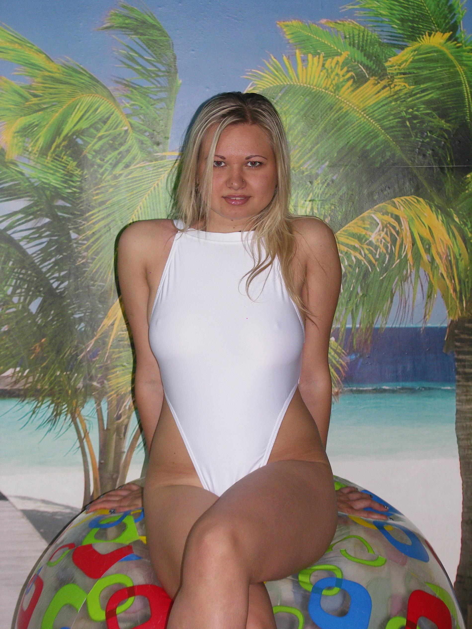 Кристина и Алина в откровенных купальных костюмах