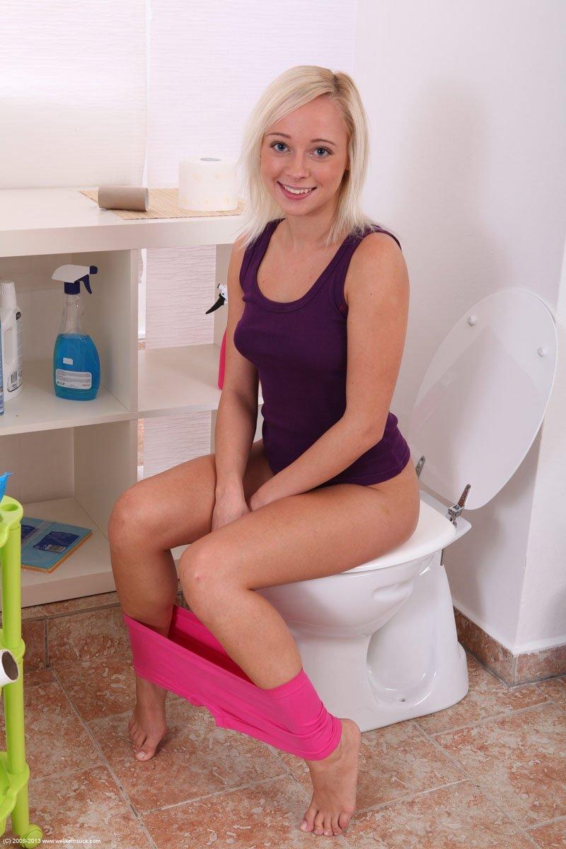 В туалете - Порно фото галерея 976007