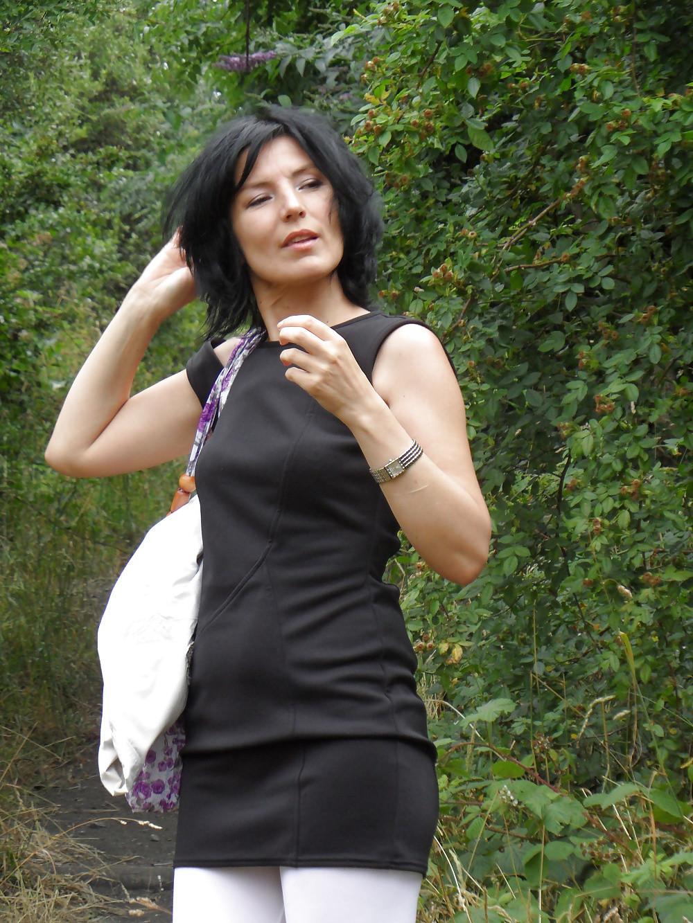 Очень ебабельная итальянка мастурбирует на природе