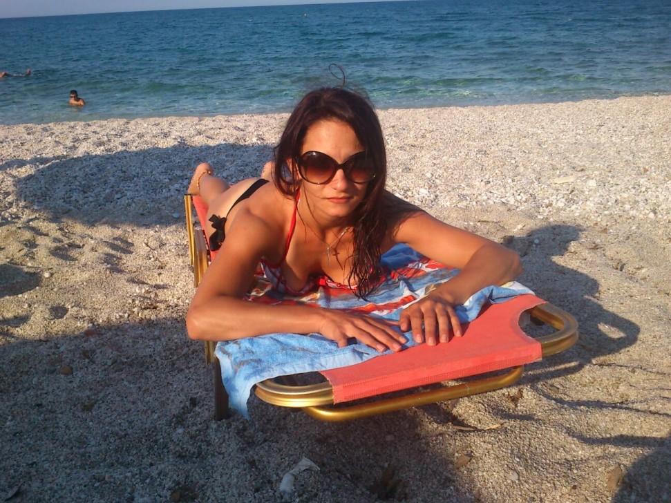 Стройная гречанка в бикини на пляже