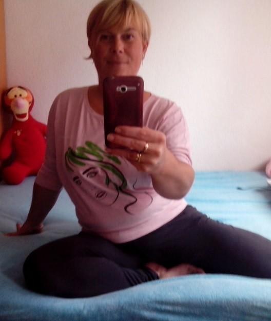 Пухлая сербская милфа показала сиську