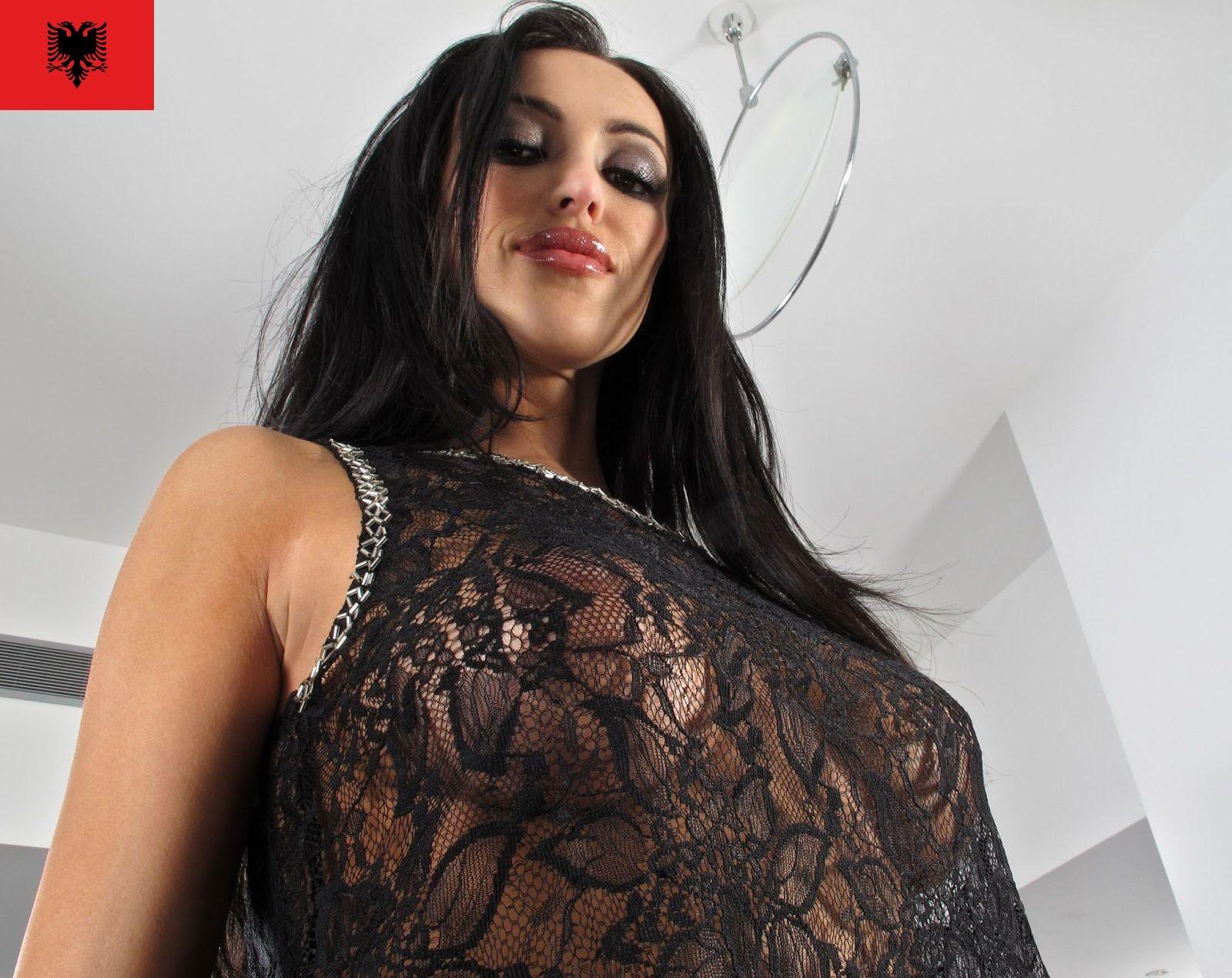 Албанская модель Бенедетта Хамзай показывает голую жопу