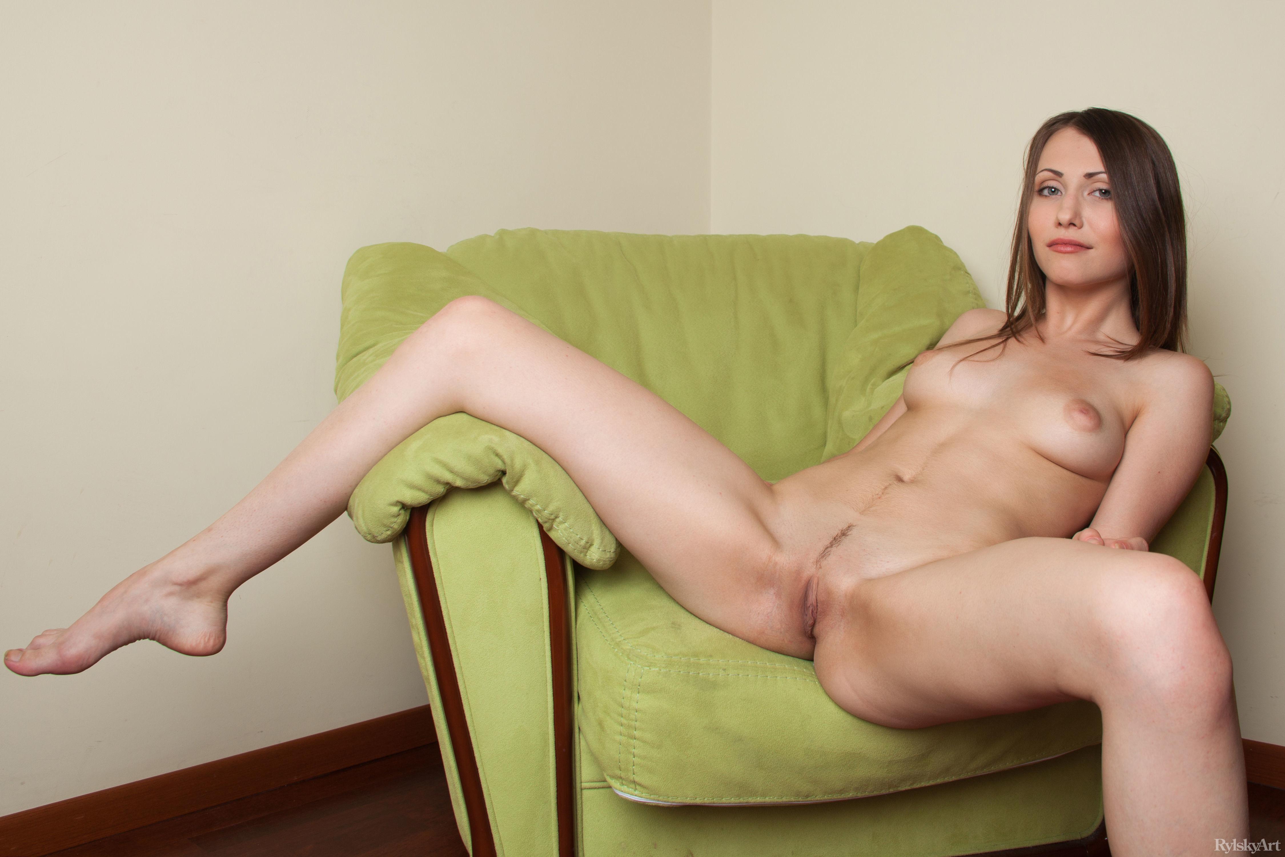 Фото девушек с раздвинутыми ногами на диване, Раздвинутые ножки девушек без трусиков Фото голых 8 фотография