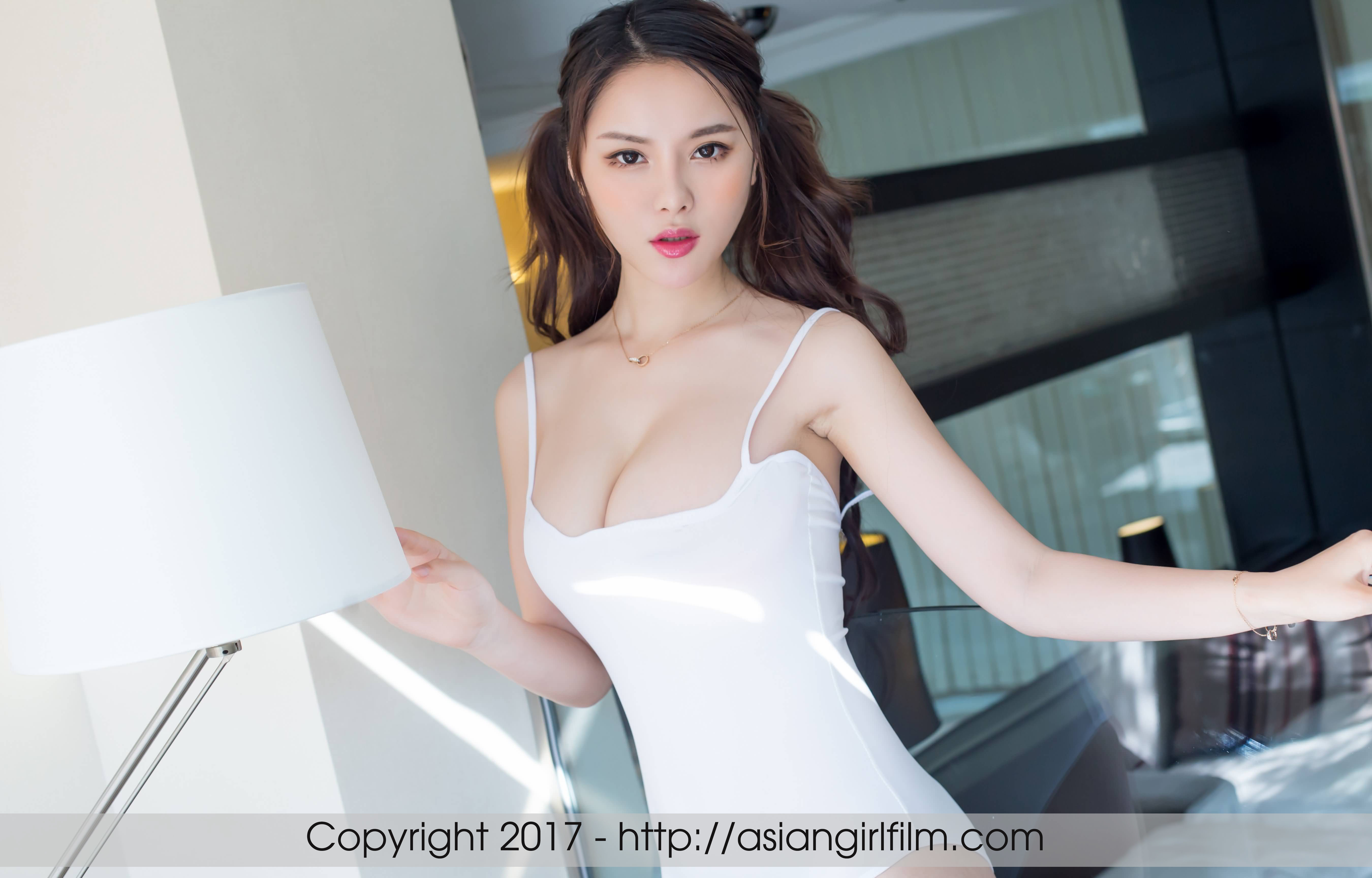 Скромная грудастая китаянка