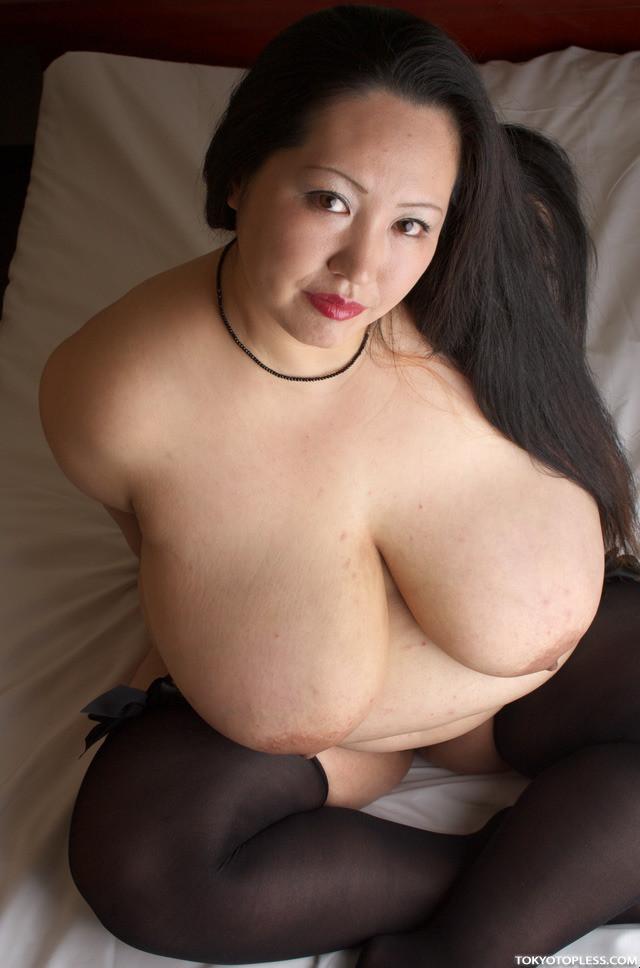 Толстая японка показывает огромные сиськи