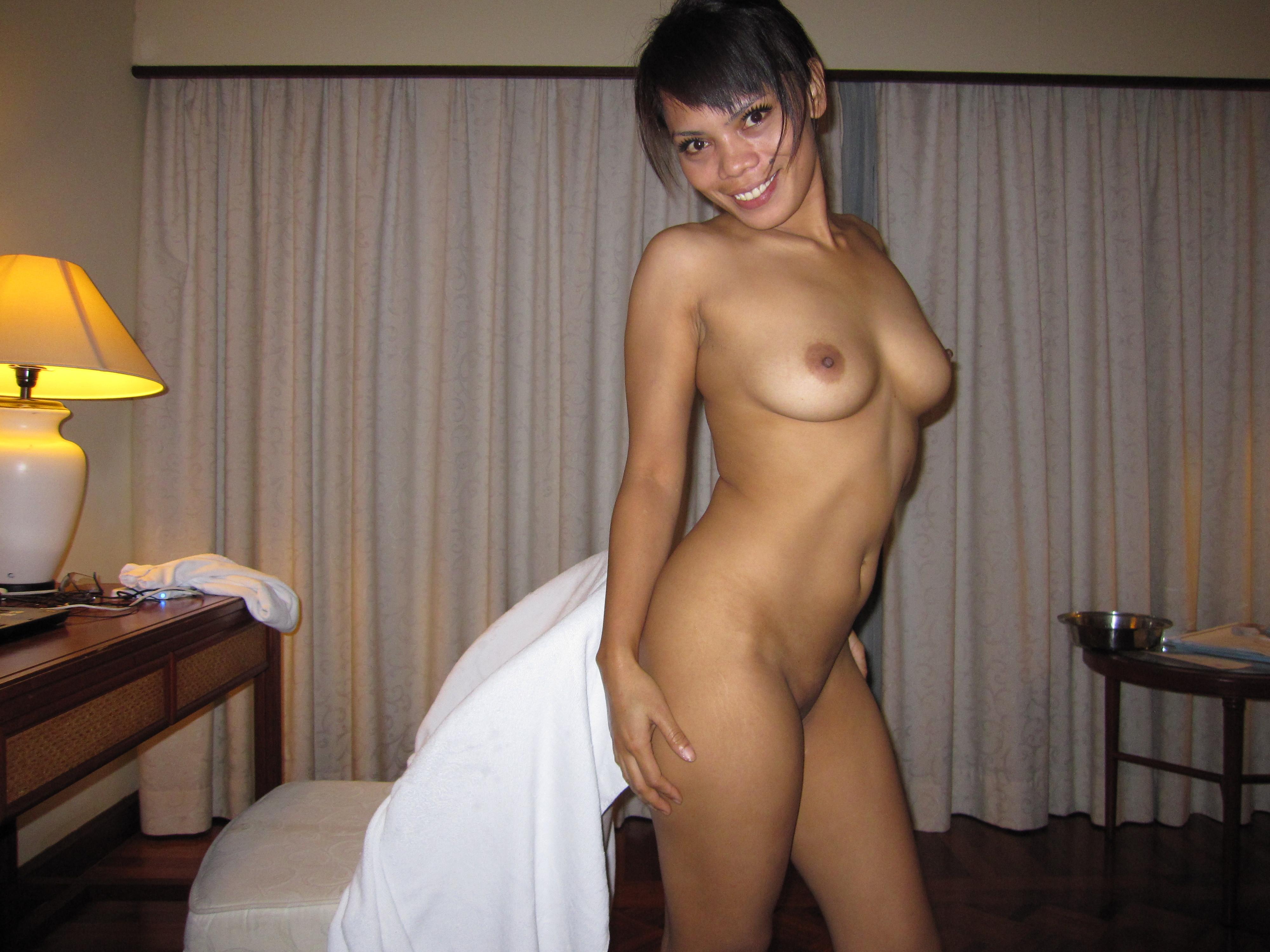 Малайзийка отсасывает у туриста в гостинице