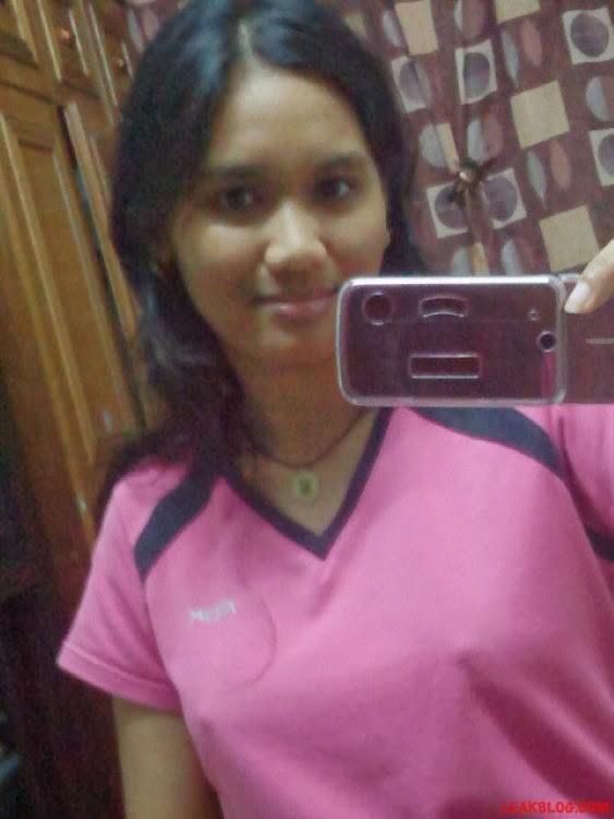 Худая девушка из Малайзии показывает небольшую грудь