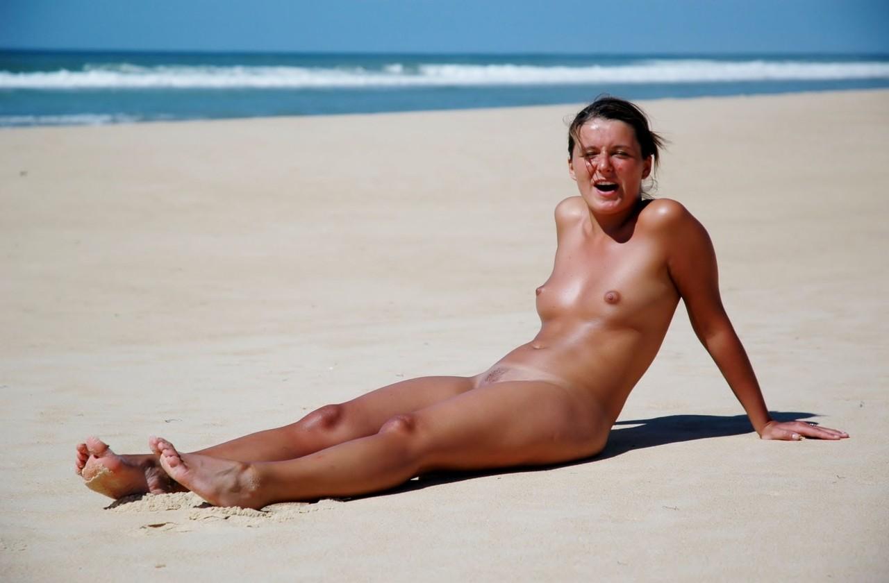 Голая на пустом пляже в Венесуэле