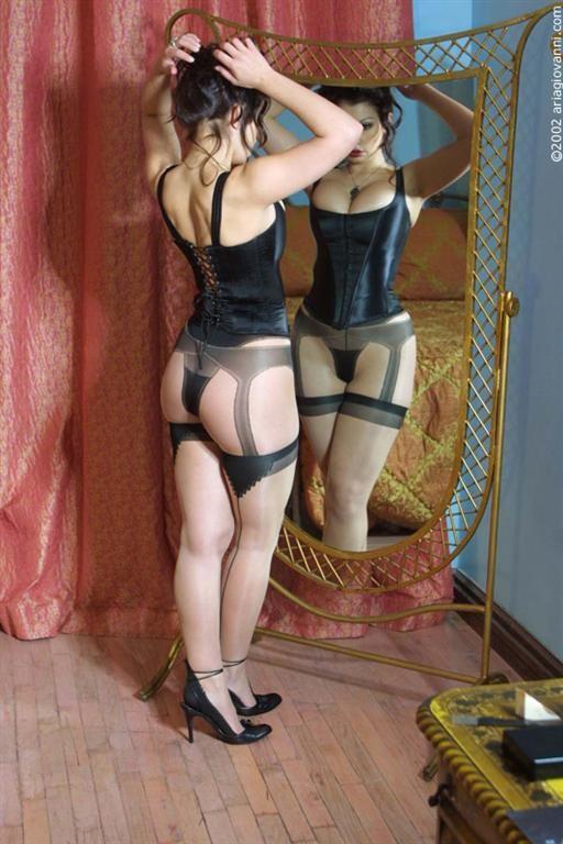 Кубинка в корсете и чулках у зеркала