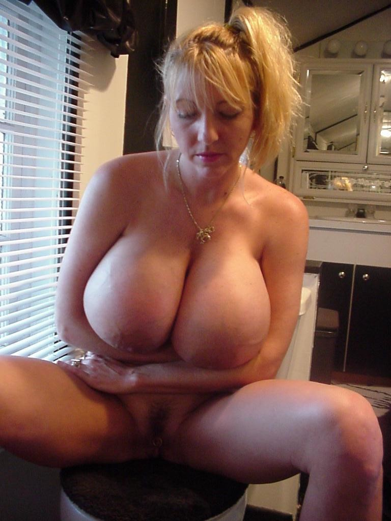 Большая натуральная грудь зрелой блондинки Макси Маундс