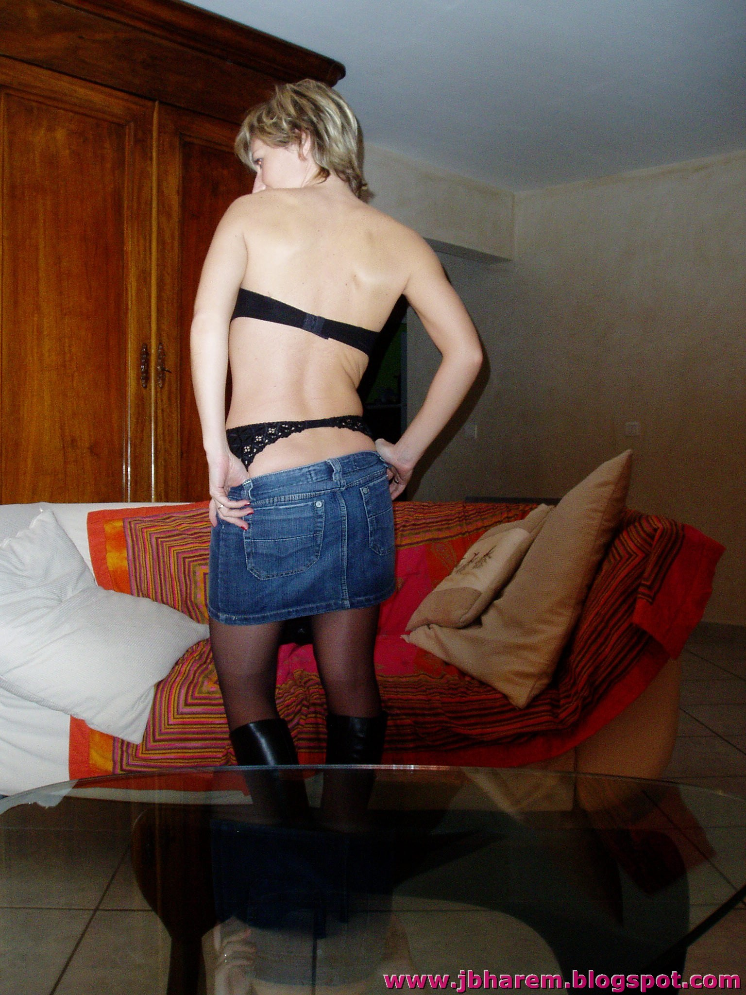 Женщина из Невады снимает джинсовую юбку