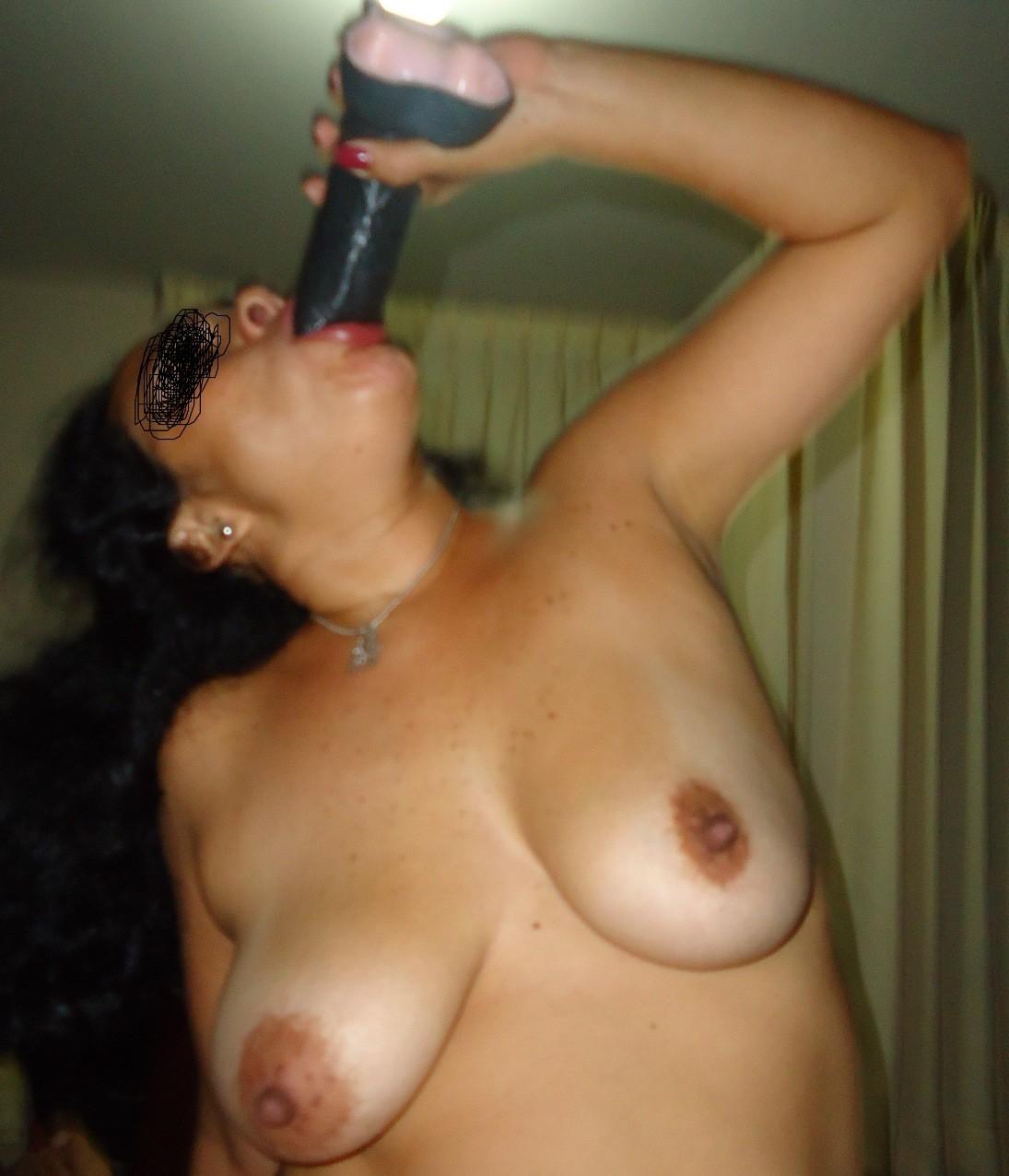 Зрелая перуанка в теле и ее большие секс игрушки
