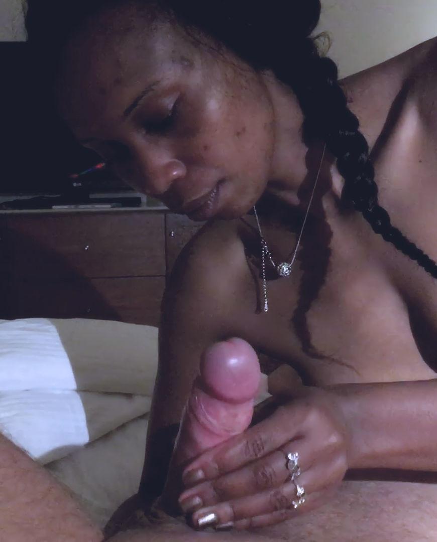 Порно актриса из Кении делает минет европейцу