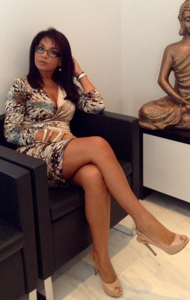 Разведенная женщина из Анголы с красивыми ногами
