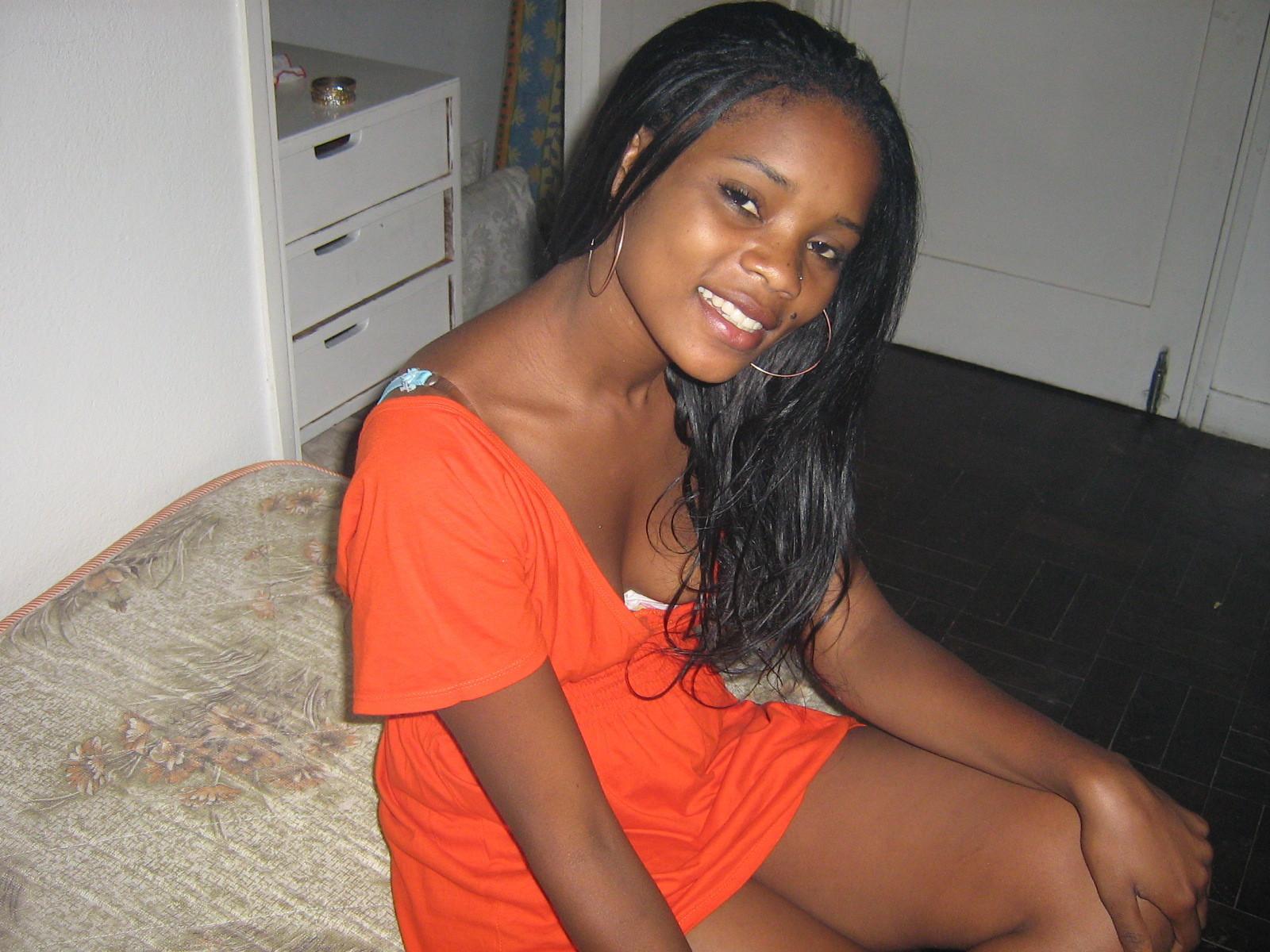 Девушка из Мозамбика сосет хуй у европейца
