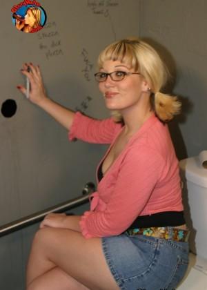 Жесткий секс в туалете через дырку в стене, дом пшонки фото видео