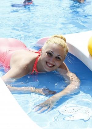 Ебутся в бассейне видео, порно девушек поставили раком