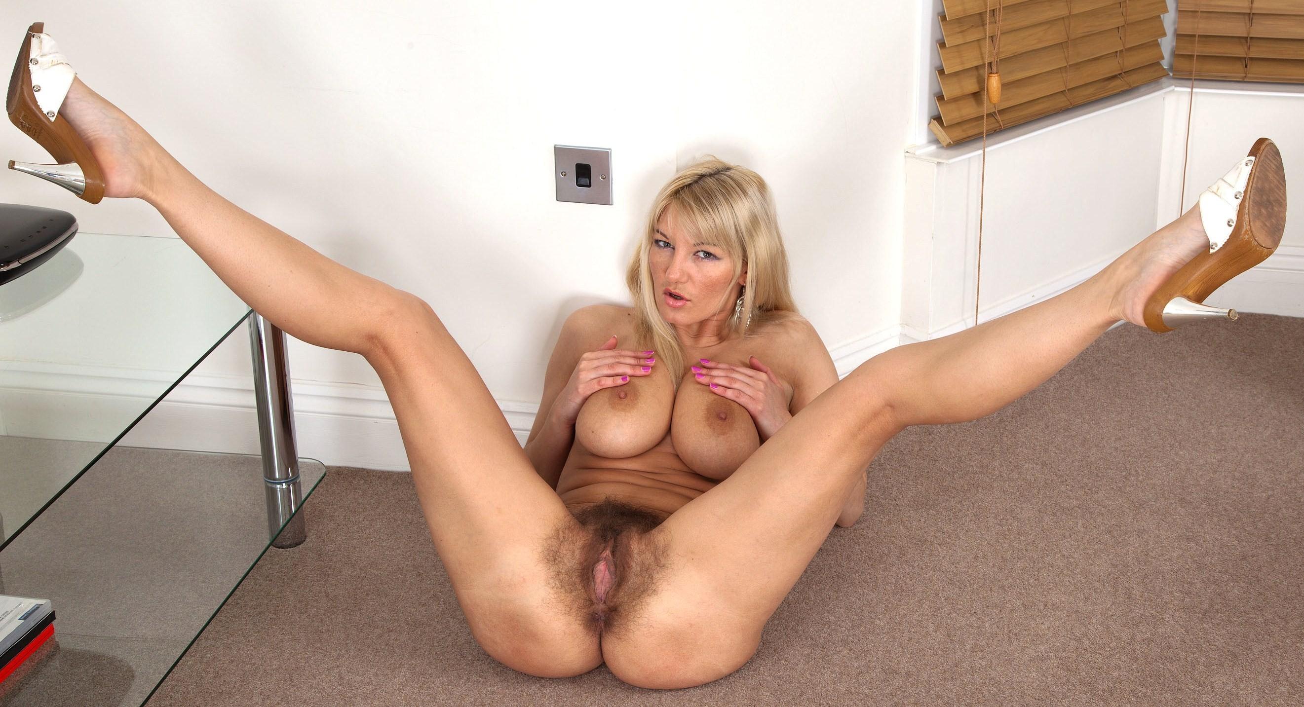 Раздвинула ноги чтобы показать пизду, Длинноногая блондинка раздвинула ноги и показала 10 фотография