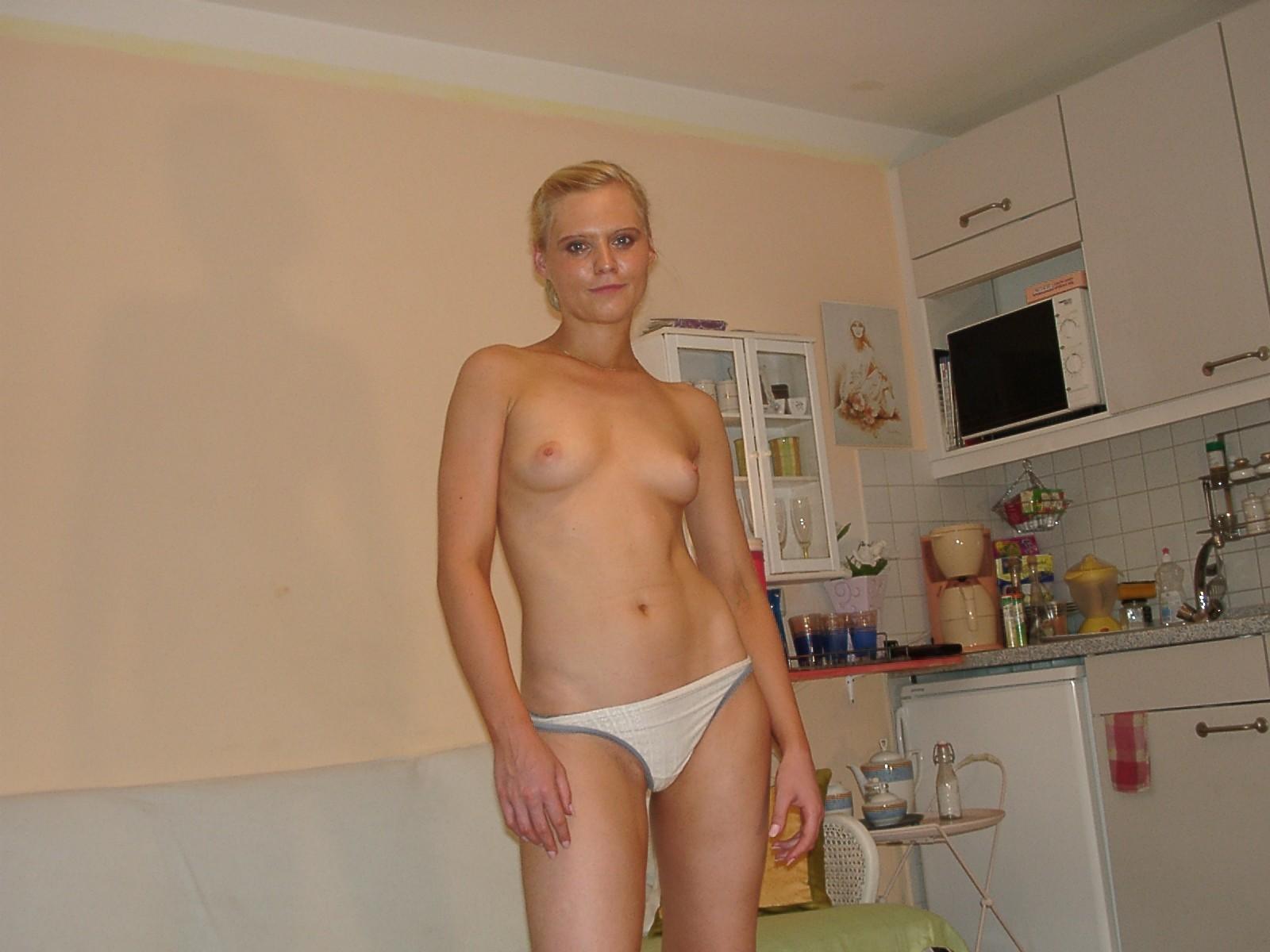 Широко раздвинув ноги, блондинка мастурбирует синим дилдо