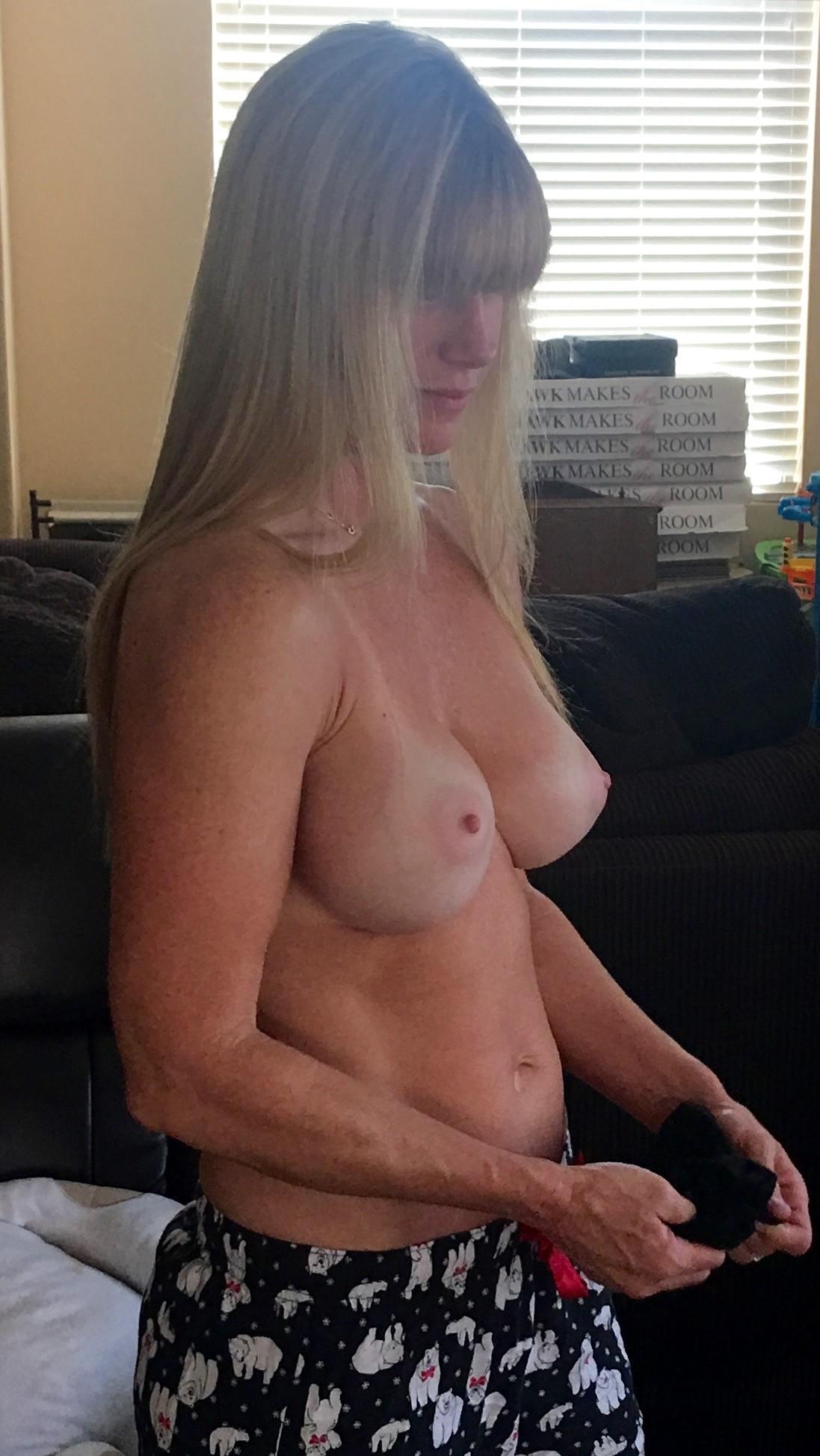 Моя сексуальная жена часто позирует и сосет у меня