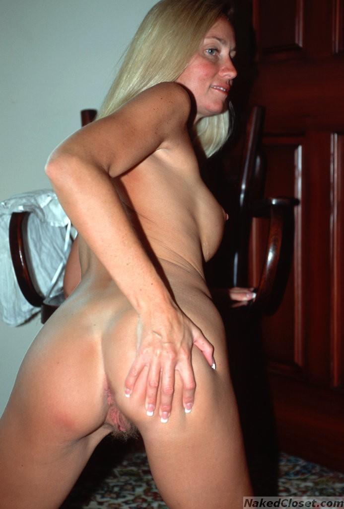 Блондинка с силиконовыми сиськами тыкает пальцем в свою дырку между ног