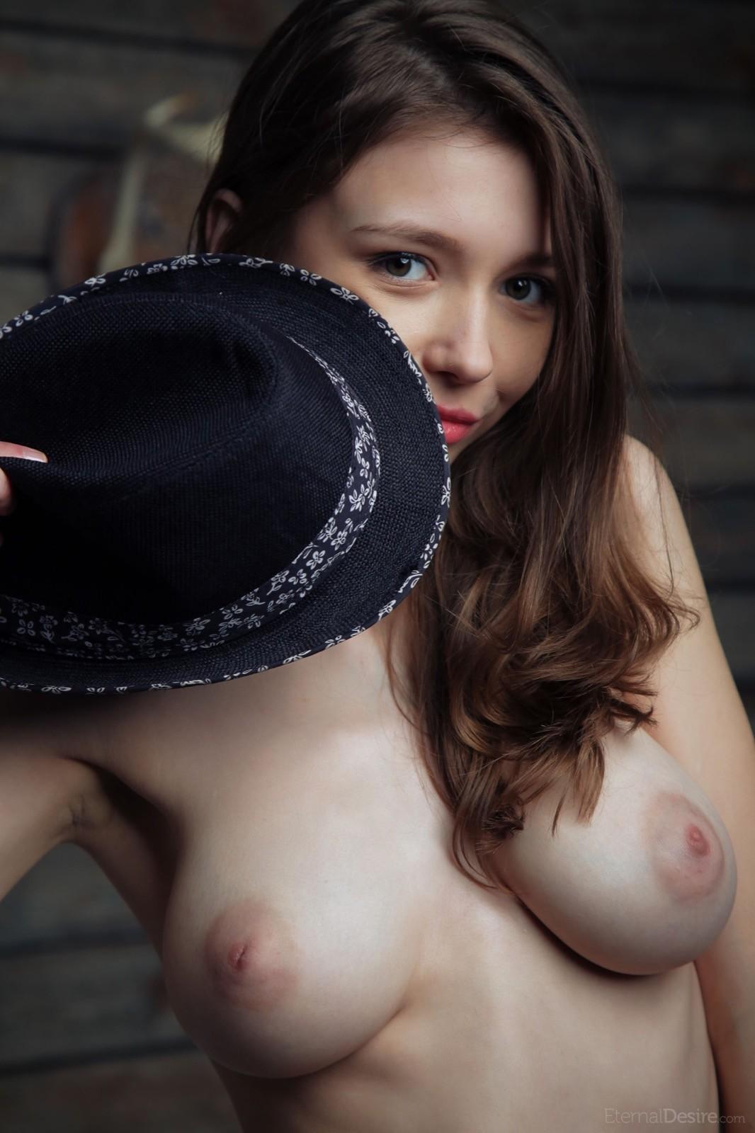 Милая девушка с красивой грудью