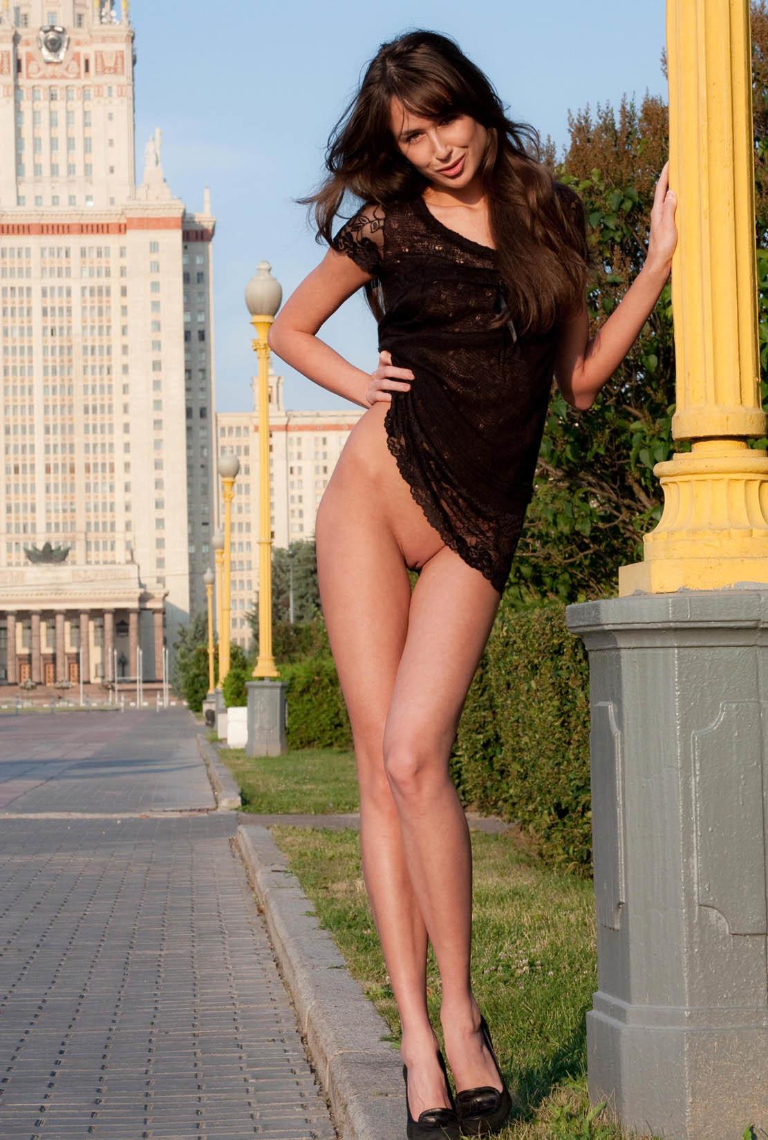 Русская брюнетка в черном платье без трусиков показывает бритый ...
