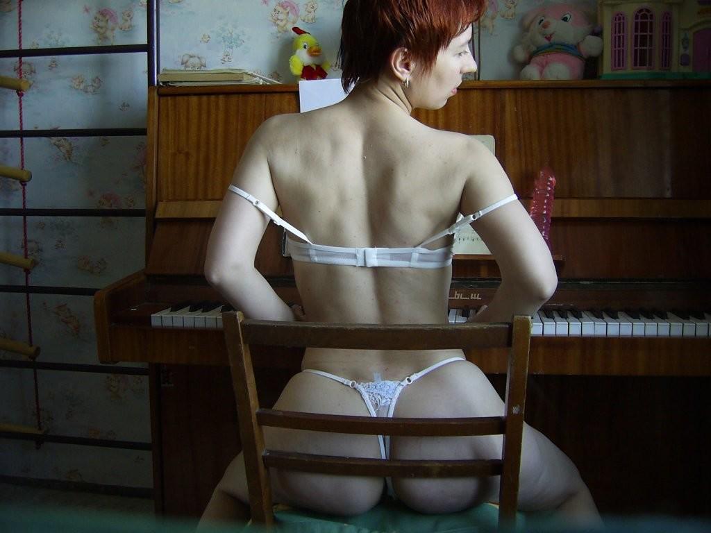 Рыжая Татьяна позирует у пианино