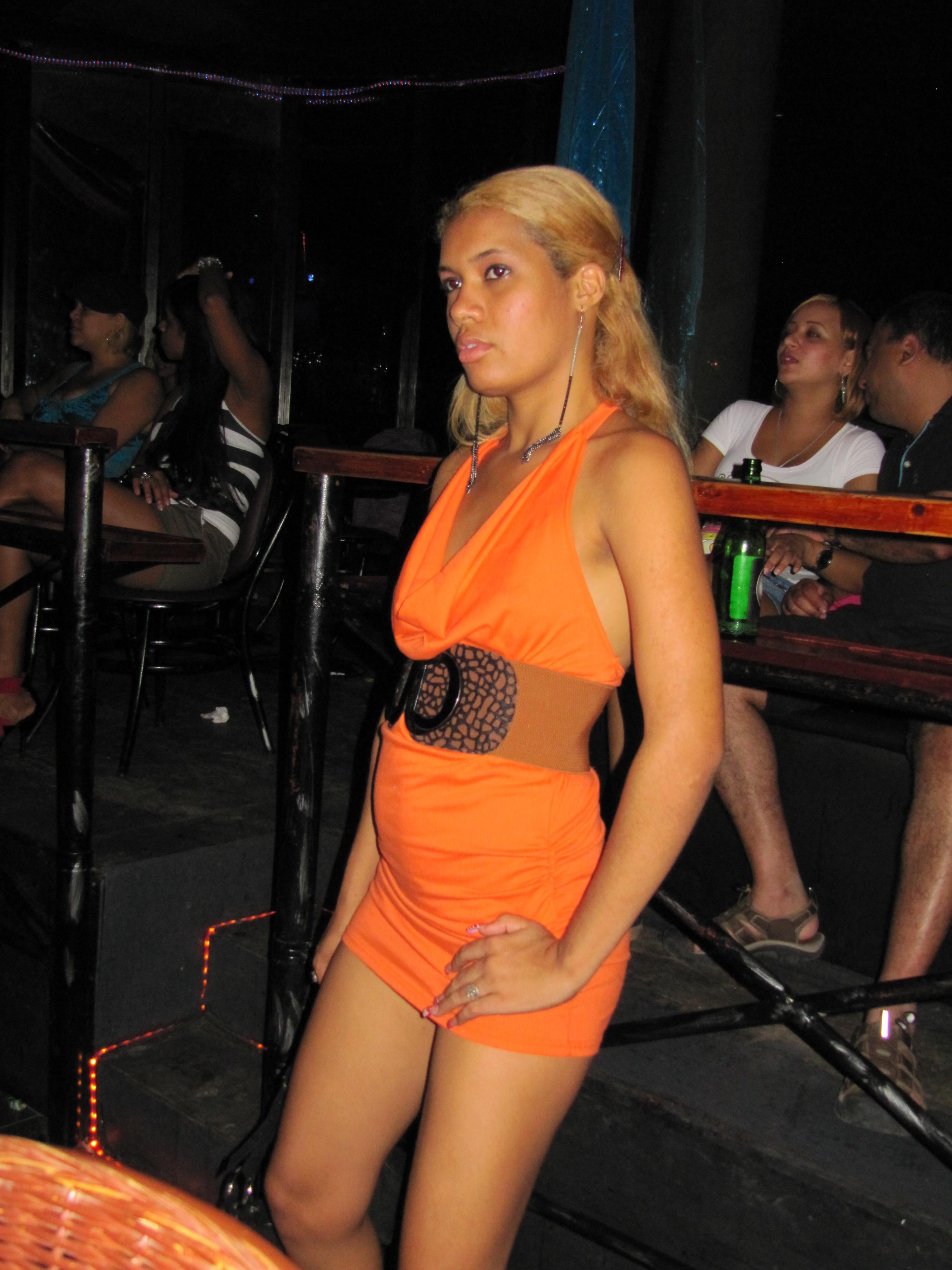 Темнокожая голая блондинка Барби